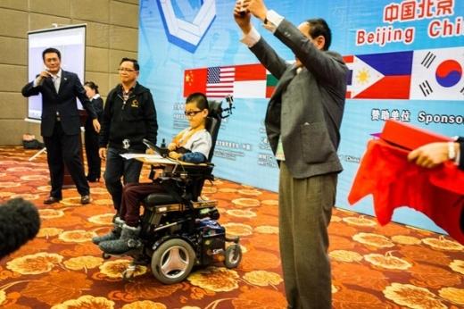 Chàng trai này đã trở thành niềm ngưỡng mộ của nhiều người khuyết tật khác khi xuất sắc giành huy chương Vàng giải Toán học trẻ Thế giới