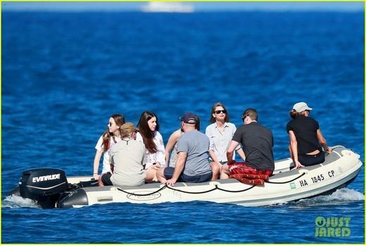 Taylor Swift khoe ảnh chơi biển để lộ vòng eo thon thả