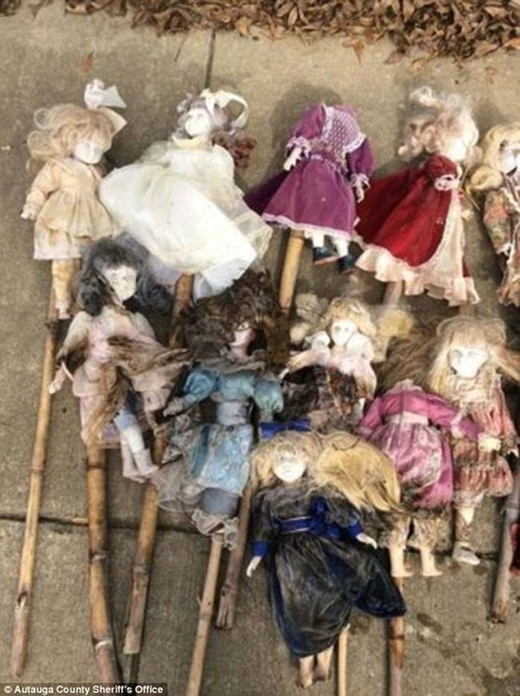 Mới đây, cảnh sát đã phát hiện ra 21 con búp bê ở đầm lầy Bear Creep, bang Alabama nước Mỹ.