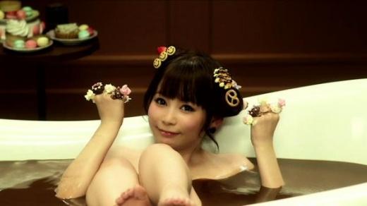 Ca sĩ Nhật Bản gây sốc khi tung ảnh tắm bồn ngập chocolate