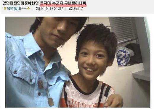 Nhóm nhạc sinh đôi Boyfriend có mặt tại JYP và chụp hình cùng Taecyeon năm 2006