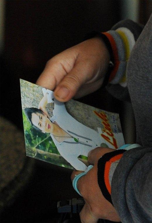 Hàng xóm yêu mến giọng ca Đỗ Linh giữ ảnh của anh làm kỷ niệm.