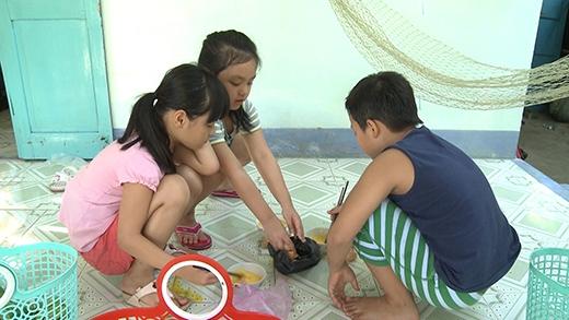 Bé Bo và Suti tranh luận gay gắt khi chuẩn bị nấu ăn.