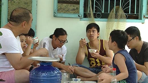 Bữa ăn trưa ấm áp tình cảm của các cặp bố con.