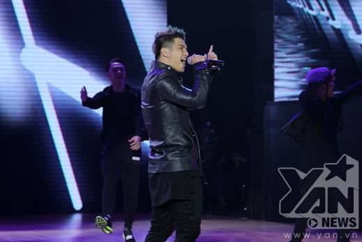 Đây là lần đầu tiên, Cường Seven trình diễn trên sóng trực tiếp tại một chương trình lớn nhưng anh đã thể hiện bản lĩnh ca sĩ giải trí cực kỳ ấn tượng của mình. - Tin sao Viet - Tin tuc sao Viet - Scandal sao Viet - Tin tuc cua Sao - Tin cua Sao