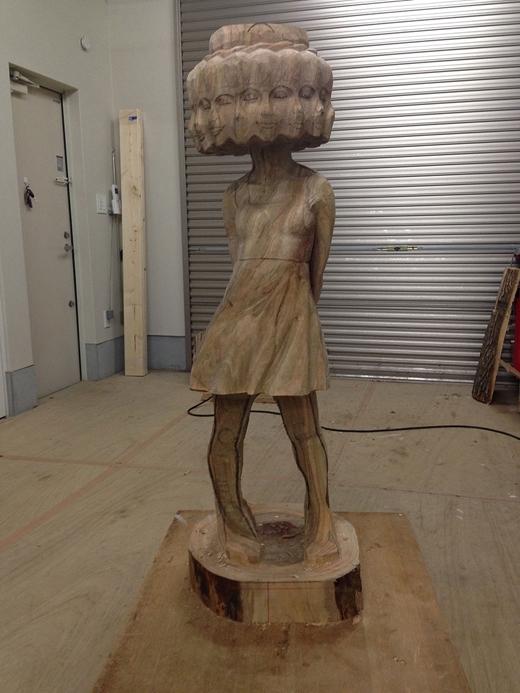 Bằng sự khéo tay của mình, bức tượng dần thành hình