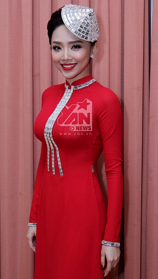 Tóc Tiên nền nã và quyến rũ trong tà áo dài đỏ nổi bật. - Tin sao Viet - Tin tuc sao Viet - Scandal sao Viet - Tin tuc cua Sao - Tin cua Sao