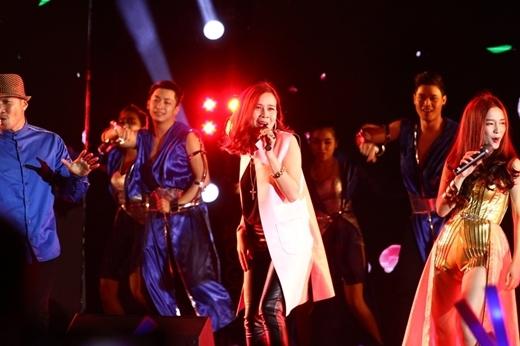 Ngay sau đó, cô tiếp tục quậy cùng ban nhạc và các ca sỹ khác với ngoại hình trẻ trung. - Tin sao Viet - Tin tuc sao Viet - Scandal sao Viet - Tin tuc cua Sao - Tin cua Sao