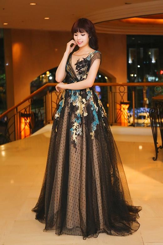 Bộ đầm dạ hội bằng chất liệu ren, voan mỏng của nhà thiết kế Hoàng Hải càng tôn vẻ quyến rũ của Hoa hậu Việt Nam 2014. - Tin sao Viet - Tin tuc sao Viet - Scandal sao Viet - Tin tuc cua Sao - Tin cua Sao