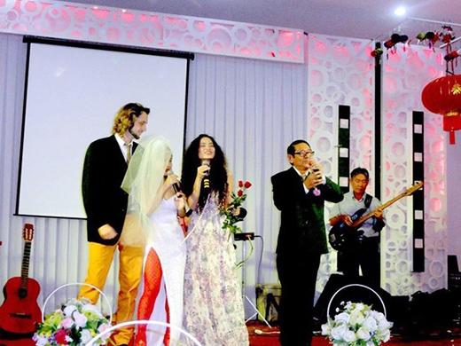 Nổi tiếng với cá tính phóng khoáng và khác người nên đám cưới của Mai Khôi cũng diễn ra như tính cách của nữ ca sĩ. Tháng 9/2013, Mai Khôi lên xe hoa với bạn trai ngoại quốc Benjamin tại quê nhà Cam Ranh. - Tin sao Viet - Tin tuc sao Viet - Scandal sao Viet - Tin tuc cua Sao - Tin cua Sao