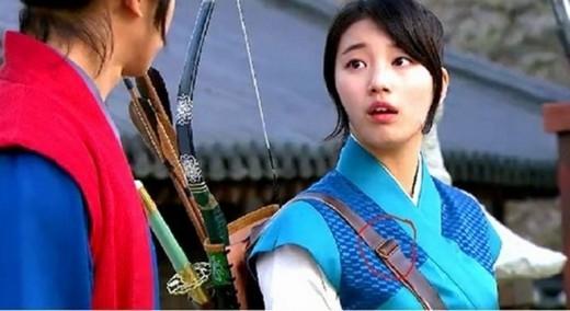 Suzy sử dụng dây đeo cặp thời hiện đại xuất hiện trongGu Family Book.