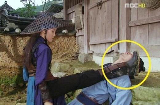 """Trong phim cổ trangGyubaek, cảnh quay củaHyomin (T-ara)khá ấn tượng nhưng lại vướng """"hạt sạn"""" to đùng khi phát hiện đôi giày da cá tính không thể có mặt tại thời đại ấy."""