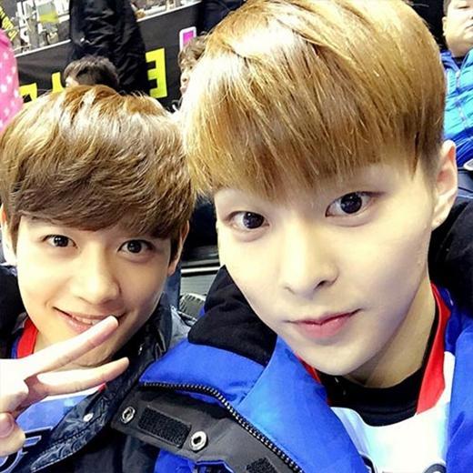 Xiumin khoe hình tự sướng cùng Minho khi cả hai cùng đi xem cuộc thi Idol Athletic Championships và chia sẻ: Cùng đi nào.