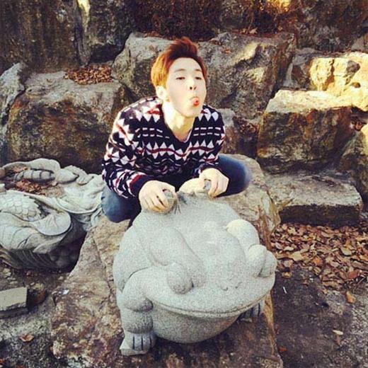 Henry hài hước khoe hình cưỡi tượng ếch và chia sẻ: Tôi thừa nhận....Tôi là một con ếch.