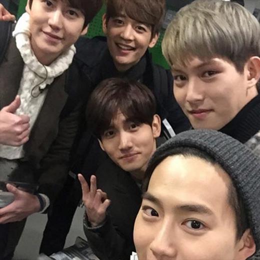 Jonghyun (CN Blue) hào hức khoe hình nhóm mới gồm: Minho, Suho, Kyuhyun, Changmin và nói: Kya~~Quá tốt phải không? Ha. Suho bị cắt trong hình mất rồi. Để chụp lại tấm khác.
