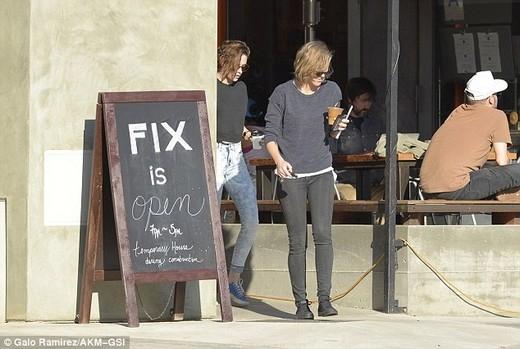 Kristen Stewart và bạn thân đồng giới diện đồ đôi dạo phố