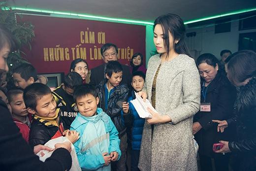 Kỳ Duyên thay bộ trang phục ấm áp đến thăm trung tâm bảo trợ trẻ em tỉnh Nam Định. - Tin sao Viet - Tin tuc sao Viet - Scandal sao Viet - Tin tuc cua Sao - Tin cua Sao