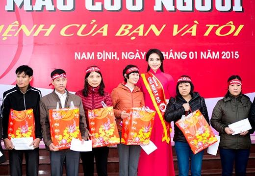 Đồng thời, Kỳ Duyên cũng đã trích 20 triệu đồng trong phần thưởng của mình để tặng quà thanh niên công nhân có hoàn cảnh khó khăn trong dịp Tết Âm lịch 40 suất mỗi suất 500.000 đồng. - Tin sao Viet - Tin tuc sao Viet - Scandal sao Viet - Tin tuc cua Sao - Tin cua Sao