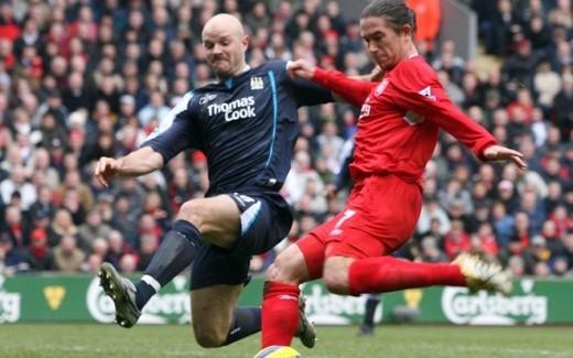 Khi còn thi đấu, Mills thường xuyên làm chùn chân những cầu thủ chạy cánh của đối phương bằng những cú kê và tắc bóng rất nguy hiểm. Hiện cựu danh thủ của Leeds United làm bình luận viên bóng đá.