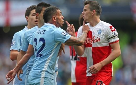 Tiền vệ đang khoác áo QPR thường xuyên xuất hiện ở những điểm nóng mỗi khi xung trận. Trong cuộc đối đầu với đội bóng cũ Man City ở vòng cuối cùng mùa 2012/13, Barton chửi nhau với Carlos Tevez sau đó đá vào người Sergio Aguero.