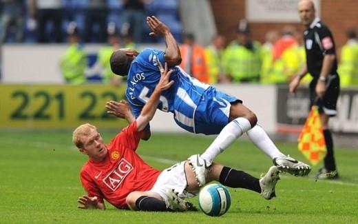 Trái với vẻ thư sinh bề ngoài, Scholes luôn thi đấu máu lửa trên mức cần thiết. Năm 2003, cựu danh thủ M.U từng bị treo giò 3 trận sau pha phạm lỗi nguy hiểm với cầu thủ Doriva của Middlesbrough.