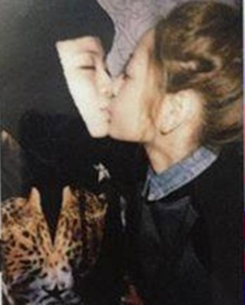 Đáng chú ý, hình ảnh nụ hôn đồng giới của cặp đôi rò rỉ đã làm dậy sóng không chỉ cộng đồng fan mà còn cả cư dân mạng. Suốt một thời gian, nhắc đến Gil Lê, người ta sẽ nghĩ ngay đến nụ hôn của cô nàng với hot girl Hà thành. - Tin sao Viet - Tin tuc sao Viet - Scandal sao Viet - Tin tuc cua Sao - Tin cua Sao