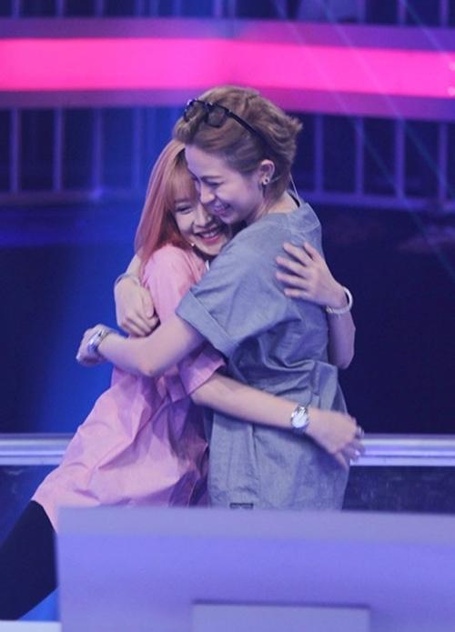 Cả hai ôm nhau trong một chương trình truyền hình. - Tin sao Viet - Tin tuc sao Viet - Scandal sao Viet - Tin tuc cua Sao - Tin cua Sao