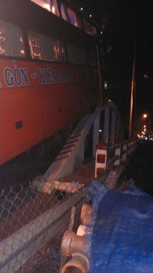 Thót tim xe khách bất ngờ trèo trên thành cầu như phim hành động