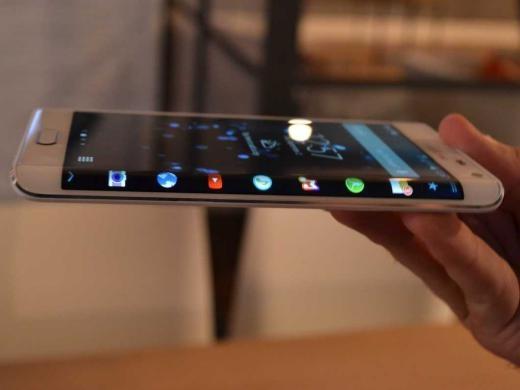 Tương tự Galaxy Note 4, nhưng Note Edge có màn hình phụ bên cạnh có thể thay đổi tùy thuộc vào ứng dụng bạn đang dùng. Màn hình rìa có thể hiển thị thông tin các cập nhật và thông báo khi màn hình chính đã tắt.