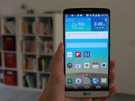 LG G3 là một trong những smartphone có màn hình sắc nét nhất (5,5 inch). Điều này khiến G3 giống như một phablet hơn là smartphone thông thường. Nhược điểm của nó là nút khởi động và âm lượng ở mặt sau máy, khá bất tiện khi dùng.