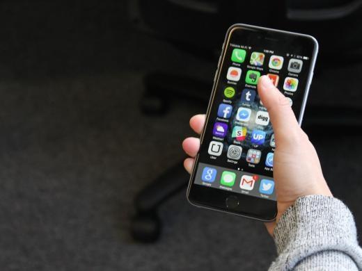 iPhone 6 Plus là phablet tốt nhất trên thị trường nhưng kích thước không dày và cồng kềnh và làm bằng nhựa như các dòng khác, mà mỏng nhẹ và làm từ kim loại.