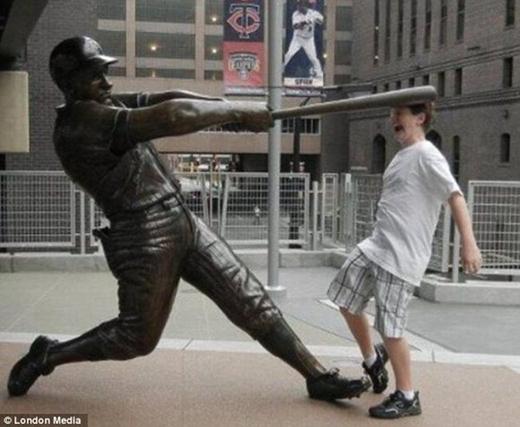Có vẻ bức tượng này mang đến rất nhiều cảm hứng bạo lực cho mọi người.