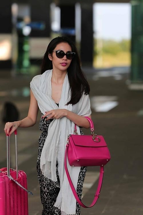 Thời gian gần đây, giọng ca Em đã quênđặc biệt yêu thích chiếc túi Dior hồng nổi bật khi thường xuyên xuất hiện cùng nó. Chiếc túi nhỏ nhắn này có mức giá khoảng hơn 100 triệu đồng. - Tin sao Viet - Tin tuc sao Viet - Scandal sao Viet - Tin tuc cua Sao - Tin cua Sao