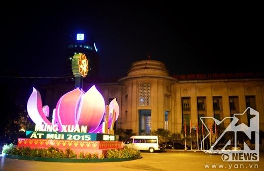 Đoạn bùng binh phía sau tượng đài Lý Thái Tổ đã được thay khẩu hiệu Mừng xuân Ất Mùi 2015 để đón Tết.
