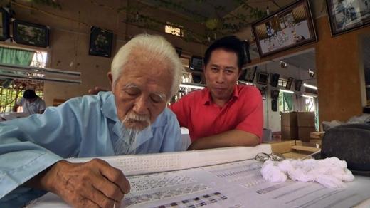 Cụ ông ngoài 80 vẫn thêu thùa mà không cần dùng kính.
