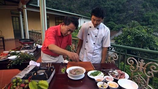 Martin Yan học làm món dê om mẻ.
