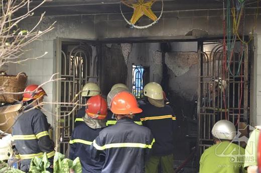 Cảnh sát phòng cháy chữa cháy đang tích cực dập lửa. Ảnh: Đặng Thanh