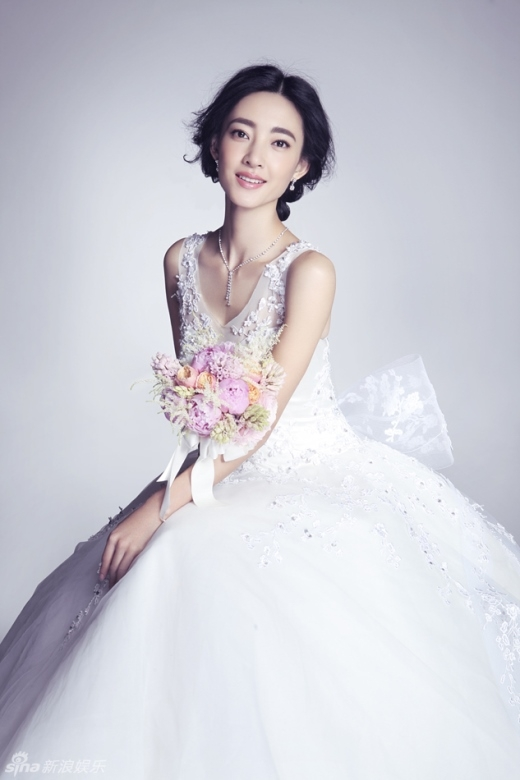 Vương Lệ Khôn trông dịu dàng và rạng rỡ hơn rất nhiều khi mặc váy cưới