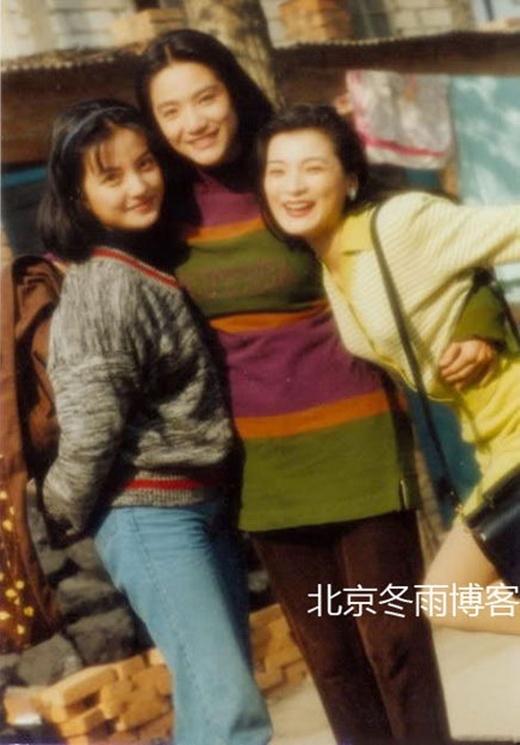 Vẻ đẹp ngọt ngào của Triệu Vy bên những người bạn. Cô bé hiếu động ngày nào giờ là sao hạng A, vợ đại gia và có một con gái nhỏ.