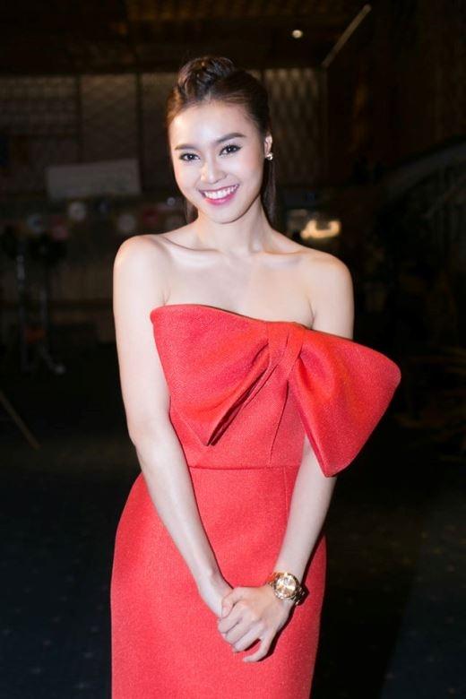 Ninh Dương Lan Ngọc nổi bật với chiếc đầm đỏ táo bạo