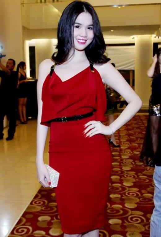 Với lợi thế làn da trắng không tì vết, đầm đỏ luôn hoàn hảo với Ngọc Trinh