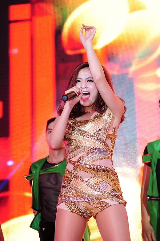 Nữ ca sĩ chứng tỏ khả năng vũ đạo đỉnh cao và giữ được giọng hát ổn định, mạnh mẽ - Tin sao Viet - Tin tuc sao Viet - Scandal sao Viet - Tin tuc cua Sao - Tin cua Sao