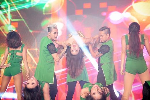 Cô còn khiến khán giả thót tim khi thực hiện nhiều động tác bưng bê nguy hiểm dưới sự hỗ trợ của các vũ công nam. - Tin sao Viet - Tin tuc sao Viet - Scandal sao Viet - Tin tuc cua Sao - Tin cua Sao