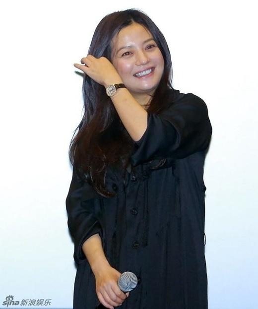 Triệu Vy ở thời điểm hiện tại, 39 tuổi. Gương mặt vẫn còn vẹn nguyên nét đẹp của trước đây nhưng có thể thấy cô đã tăng cân đáng kể. Cũng có thời gian vì tăng cân quá nhanh, báo chí đã gọi cô là 'Triệu Phi Yến' thay vì nàng Tiểu Yến Tử (Én Nhỏ)