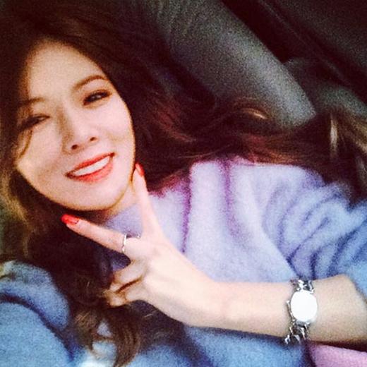 HyunA thích thú khoe hình tự sướng với nụ cười tỏa nắng khiến fan ngất ngây.