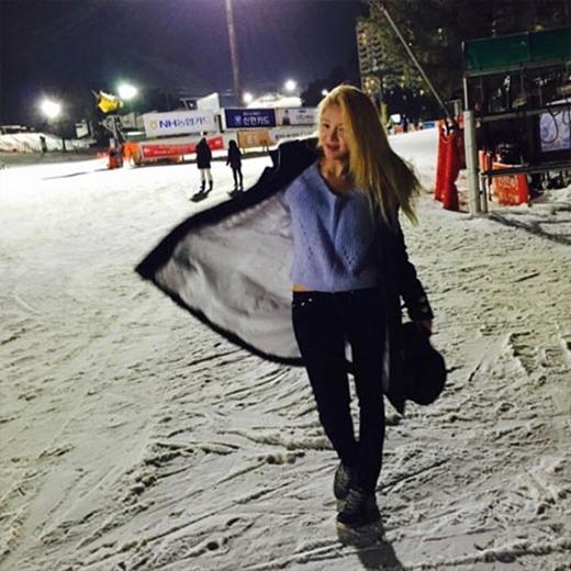 Dạo bước trên con đường đầy tuyết, Hyoyeon cực kỳ hào hứng và chia sẻ rằng: Thật tuyệt vời khi tôi có thể làm những điều mình thích.