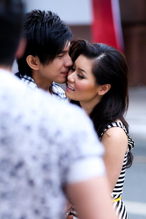 Cặp đôi không ngần ngại thể hiện tình cảm thắm thiết chốn đông người. - Tin sao Viet - Tin tuc sao Viet - Scandal sao Viet - Tin tuc cua Sao - Tin cua Sao