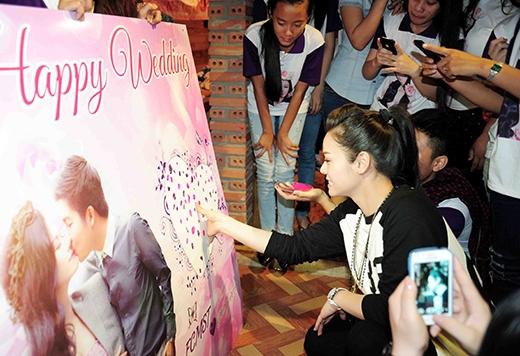 Nhật Kim Anh cùng fan đóng dấu vân tay cho poster sinh nhật fanclub mình. - Tin sao Viet - Tin tuc sao Viet - Scandal sao Viet - Tin tuc cua Sao - Tin cua Sao