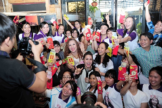 Nhật Kim Anhhào phóng tặng quà và bao lì xì cho tất cả các fan tham dự. - Tin sao Viet - Tin tuc sao Viet - Scandal sao Viet - Tin tuc cua Sao - Tin cua Sao
