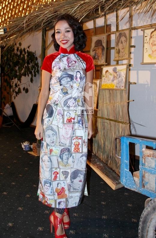 Được biết đây là chiếc áo dài được NTK Việt Hùng thiết kế riêng cho ekip đoàn phim Trúng số vì trên thân áo là những hình ảnh biếm hóa của những nhân vật tham gia trong phim. - Tin sao Viet - Tin tuc sao Viet - Scandal sao Viet - Tin tuc cua Sao - Tin cua Sao